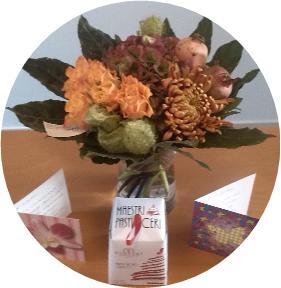 Bos bloemen en kaarten. Bedankjes van enthousiaste deelnemers van de Training 'Coach Eigentijdse Kinderen'!