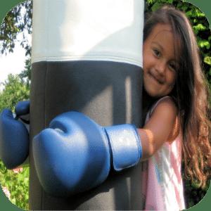 Gevoelig meisje met bokshandschoenen. Kom van je onzekerheid af met met de Eigentijdse Kids Begeleiding voor hoog sensitieve kinderen