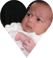 Baby met serieuze blik. Een hoog sensitieve baby met nadenk-frons