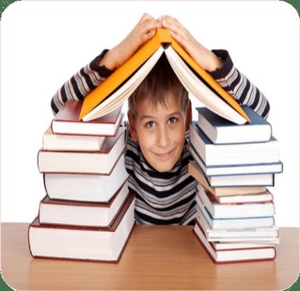 Blije jongen tussen boeken. Beelddenkers die op school vastlopen en op hun eigen manier willen leren leren.